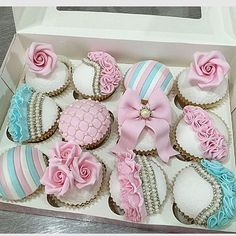 Gorgeous cupcakes!!! Love this color combination!! By @hinarasool #amustfollow #events #cupcakes #sugarart #sugarcraft #storybookbliss #inspiration #edibleart #gorgeous