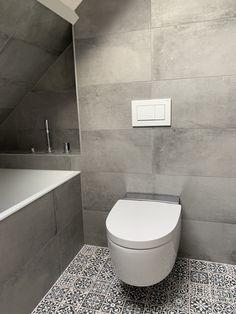 Prachtig resultaat van onze FS Faenza Portugese Tegels gecombineerd met onze populaire Gravity Titan Betonlook Tegels in 30×60 formaat. De patroontegels voegen karakter toe aan de ruimte, met verschillende unieke design en een vintage look. De Betonlook Tegels gaat mooi samen met de grijstinten, wat samen zorgt voor een strak en samenhangende badkamer. Gray Bathroom Decor, Bathroom Goals, Grey Bathrooms, Bathroom Styling, Bathroom Interior Design, Modern Toilet, Office Space Design, Toilet Design, Loft