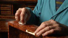 Come stendere la gommalacca al meglio: impara i giusti movimenti per effettuare una perfetta lucidatura a tampone della gommalacca.
