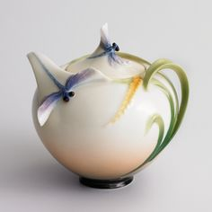Dragonfly Porcelain Sugar Jar from the Franz Collection Bernardo Y Bianca, Teapots Unique, Sugar Jar, Teapots And Cups, Chocolate Pots, Tea Party, Tea Cups, Ceramic Pottery, Perfume