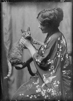 Woman with Buzzer the cat, (by Arnold Genthe, 1912/1913)