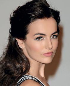 Camilla Belle Ela nunca teve medo de deixar as sobrancelhas crescerem. Cheios e impecavelmente desenhados, os arcos grossos emolduram o rosto da atriz com perfeição.