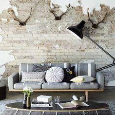 """""""Tuğla duvar ve dekoratif objeleri bir arada kurgulayarak salonunuzda dinamik bir etki yaratabilirsiniz. #marieclairemaison #marieclairemaisontr #house…"""""""