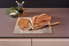 Deze Leonardo Snijplank is gemaakt van gehard glas en is ideaal voor het bereiden of serveren van uw gerechten. Door het glas is de snijplank erg hygiënisch en gemakkelijk af te wassen. De snijplankheeft anti-slip voetjes aan de onderkant. Hierdoor verschuift de snijplank niet tijdens het snijden of serveren. Bovendien is de snijplank 100% smaak- en reukloos en is het oppervlak bestand tegen het binnendringen van ziektekiemen. Cutting Board, Products, Boards, Cleaning, Easy Meals, Cutting Boards, Gadget