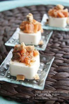 Panna cotta salata* al parmigiano e pepe bianco, con tartare di salmone affumicato e crumble di taralli