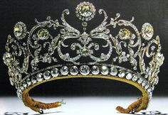 Grand Duchess Vladimir Tiara, early 1800s. Everyone should have at least one good tiara for those very special occasions. :)