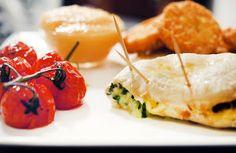 Met mozzarella, basilicum en zongedroogde tomaten gevulde kipfilet met balsamico-tomaten en rösti's