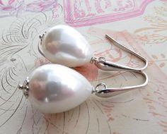 Baroque pearl earrings white pearl drop earrings door Sofiasbijoux