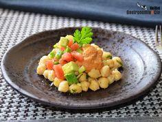 Ensalada de garbanzos con aguacate y salsa romesco