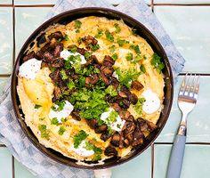 En omelett mättar fint som lättare lunch eller del av en brunch. Grädda omeletten försiktigt på svag värme och rör varsamt för att få till den rätta krämigheten och det bästa fluffet. Toppa med vitlöksdoftande fräst svamp och en klick gräddfil.