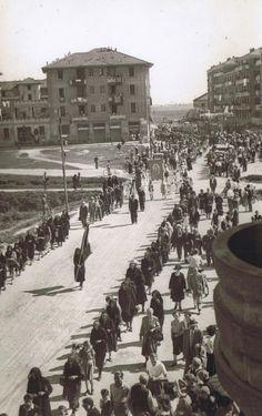 Processione (Piazza Miani / Via Voltri) - Anni 40  Guardate quante persone e gli stendardi alle finestre...
