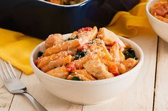 Serve our Three-Cheese Chicken Penne Pasta Bake and savor the compliments! With spinach, basil and three types of cheese, this chicken pasta bake can't be beat! Cheese Pasta Bake, Chicken Pasta Bake, Chicken Broccoli Casserole, Penne Pasta, Chicken Rice, Creamy Chicken, Baked Chicken, Pasta Salad, Kraft Recipes