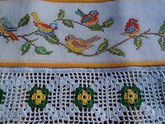 Pano de prato em tecido de sacaria, 100% algodão, bordado em ponto cruz no tecido cânhamo e barrado de crochê.  Ideal para enxugar louças, decorar sua cozinha ou presentear
