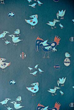 Suomalaisten seinille tulivat 1950-luvulla taiteilijatapetit eli modernit mallit, joita muotoilijat ja taiteilijat suunnittelivat tapettitehtaiden kilpailuihin. Nyt vuosikymmenen tyyli on taas muodissa. Katso tästä 10 ajan tapettia!