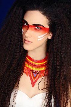 maquillage indienne, bijoux ethniques et grande raie rouge aux yeux