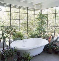Lumière et nature pour une salle de bains zen.