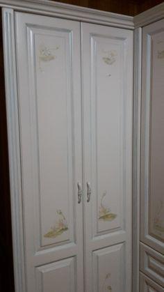 Шкаф угловой для спальни. 100%массив бука, отделка-белая эмаль. Рисунки на фасадах выполнены Евгенией Соколовой.