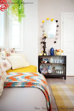 Good example of how just a handful of similarly colored items (in this case, shades of yellow) can tie it all together