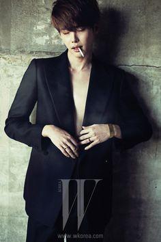 검은색 수트는 Kimseoryong Homme, 반지는 Demand de Mutation 제품.