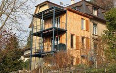 Das 3-geschossige Mehrfamilienhaus erhielt einen Anbau im Sytembau.