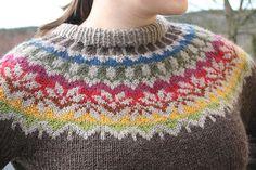 Smuk islandsk sweater, der findes i et hav af størrelser. Hvis man er god til mønsterstrikning, er det bare at kaste sig ud i den. Ellers er den måske god at øve sig på.