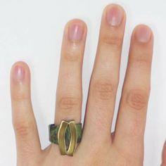 """Anillo """"oliva"""" dorado. Pieza realizada en latón, soldada con plata y acabada con pátina de cobre y lacado al horno. Anillo abierto universal (2 cm de ancho máximo y 5,5 cm de largo)."""