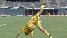Sam Kerr performs her famous backflip Women's Football, Soccer Training, One Team, Soccer Players, Beautiful Women, Couples, Spring, Girls, Sports