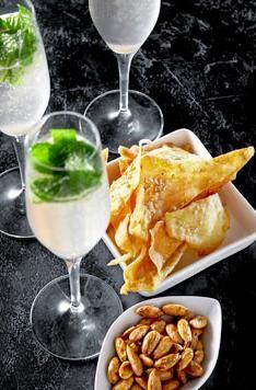 Champagnemojitoen er en perlende og let udgave af den klassiske mojito. Fancy Drinks, Cocktail Drinks, Alcoholic Drinks, Juice Smoothie, Smoothies, New Recipes, Vegetarian Recipes, Good Food, Yummy Food