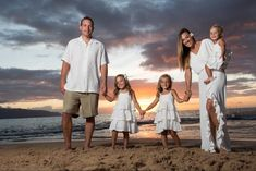 Beach family photo - sunset love my family :) beach family p Family Beach Portraits, Family Beach Pictures, Family Posing, Family Pictures, Beach Picture Outfits, Family Photo Outfits, Family Photo Sessions, Beach Photography, Family Photography
