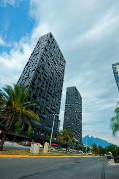 En Garza Mercado Capital diseñamos el edifico de Magma Towers con una imponente fachada, ventanales y barandales de cristal que brindan fluidez y continuidad visual.