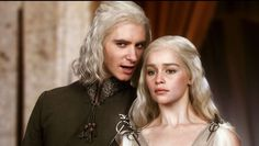 Game Of Thrones - TV Série - books (livros) - A Song of Ice and Fire (As Crônicas de Gelo e Fogo) - House Targaryen - family (família) - brothers (irmãos) - prince (príncipe) - princess (princesa) - blond hair (cabelo loiro) - Viserys Targaryen (Harry Lloyd) - Daenerys Targaryen (Emilia Clarke) - Mother of Dragons (Mãe dos Dragões) - Mhysa - Queen (rainha) - Khaleesi