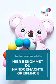 Du suchst kleine Geschenke für eine werdende Mama oder für Oma oder Opa oder auch einen Greifling für dein Baby. Hier findest du wunderschöne handgemachte Geschenkideen. #geschenkideen #bastelbox #kidswelcome Baby Massage, Box, Children, Kids, Hello Kitty, Baby Products, Personalized Photo Frames, Kids Wagon, Stocking Stuffers