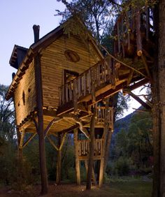 This incredible Crystal River Treehouse in Colorado was designed by architect Steve Novy of Green Line Architects and designer David Rasmussen Design. The owner asked the designers for a whimsical treetop sanctuary where his kids could indulge their artistic fantasies. Together they dreamed up a unique retreat that feels organic and playful, that could be for children and adults.