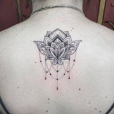 Flor de lotus nas costas com traços delicados by @renetattoo  Orçamentos  Whatsapp 11 963408936 Email ...