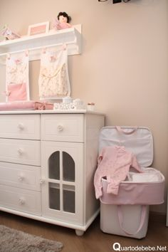 quarto de bebê com cômoda branca