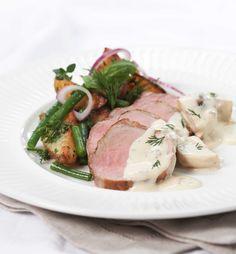 Helstekt svinefilet med soppsaus smaker fantastisk. Indrefilet av svin egner seg godt til å steke hel i ett stort stykke, eller som biffer. White Mushrooms, Norwegian Food, Mushroom Sauce, Happy Foods, Pork Loin, Atkins, Roast, Stuffed Mushrooms, Paleo