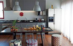 O apartamento pequeno, de 70 m², tinha a cozinha separada por uma parede. O projeto da arquiteta Andrea Reis integrou os ambientes e inverteu os espaços das salas de estar e jantar, que agora fica mais próxima da área de preparo de comida