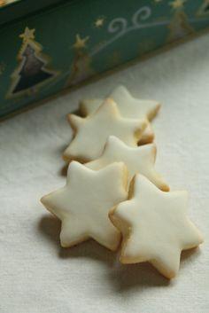 On finit avec une nuée d'étoiles, cannelle ou citron ... à vous de choisir ;) Etoiles à la cannelle Source :Bredele de Noël et autres spécialités des Boulangers d'Alsace 250 g de sucre glace 10 g de cannelle 250 g d'amandes en poudre 70 g ou deux blancs d'oeufs Glaçage : A blanc d'oeuf 150 g de sucre glace Dans un saladier, tamisez le sucre avec la cannelle. Ajouter les amandes en poudre et les blancs d'oeufs. Malaxer le mélange pour obtenir une pâte homogène. Lorsque...