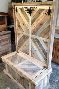 Pallet wood entryway bench or hall tree pallet creations, diy pallet projects, project yourself Pallet Crafts, Diy Pallet Projects, Wood Projects, Woodworking Projects, Diy Crafts, Pallet Ideas, Teds Woodworking, Woodworking Machinery, Woodworking Classes
