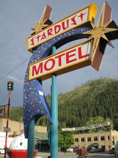 Classic Googie motel sign, Wallace, ID. Old Neon Signs, Vintage Neon Signs, Old Signs, Advertising Signs, Vintage Advertisements, Retro Signage, Roadside Signs, Hotels, Sign Design
