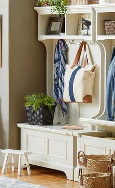 amenagement hall entree avec deux meubles blancs aux bancs de rangement avec des étagères