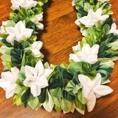 Mile with Kiele #ribbonlei #hawaii #lei #flower #maile #kiele #handmade #ribbon #lei #リボンレイ #ガーデニア #マイレ #ハワイ #ハンドメイド #手作り Graduation Flowers, Graduation Leis, Ribbon Lei, Ribbon Crafts, Hawaiian Flowers, Hawaiian Leis, How To Makw, Tahitian Costumes, Japan Expo
