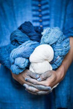 Gypsy Janpengpen, an Indigo-dyer from Sakon Nakhon, holding balls of indigo yarn. Thaïland.