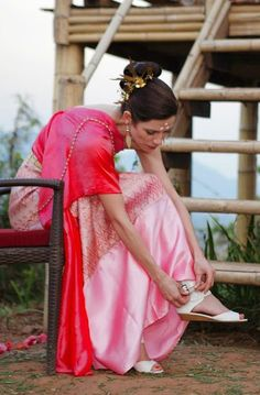 This @Four Seasons Tented Camp Golden Triangle bride paired her traditional Thai magenta wrap with white leather Pour La Victoire sandals and gold jewelry.