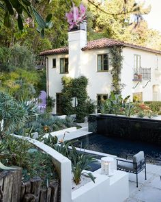 For an atypically young client in L.'s leafy Hollywood Hills, the architect and decorator found a mutually rewarding design challenge Architectural Digest, Hollywood Hills Häuser, Bali, Manhattan Penthouse, Lounge, Real Estate Development, Pent House, Outdoor Entertaining, Decoration