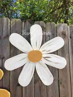 Mother's Day gifts Large wooden flowers Gifts for mom, gifts for her Large wood daisy Yard decorations. Summer decorations Yard art - All About Wood Yard Art, Fence Art, Wood Art, Flower Fence, Flower Art, Wooden Flowers, Large Flowers, Garden Crafts, Garden Art