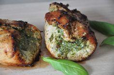 Als ik verse pesto maak, gebruik ik zelden de volledige hoeveelheid in één keer. In een wekpotje, onder een laagje olijfolie is deze verse kruiden in de koelkast goed te bewaren. Naast het geven van een heerlijke smaak aan je pasta pesto salade, komt de kruiden ook in combinatie met vlees goed tot zijn recht. Deze kalkoen pesto rolletjes zijn erg lekker en eenvoudig te bereiden. http://www.gezondhappy.nl/lekkere-recepten/diner-recepten/kalkoen-pesto-rolletjes