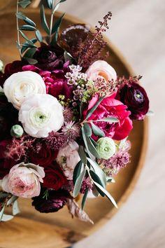 Brautstrauß in Dunkelrot für die Herbsthochzeit