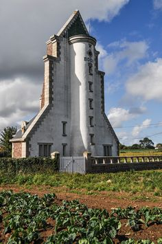 Bodic Lighthouse located in northern France, this lighthouse was built in 1949, replacing an older lighthuse destroyed during the Second World War. At the rear of the lighthouse is a 1 and a half story keeper's house.