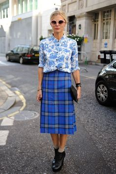 Pin for Later: Your Street Style Field Guide From NYC to Paris London Fashion Week Laura Bailey is a master of mixed prints — her floral button-up and tartan plaid midi skirt looked like a match made in fashion heaven. London Fashion Weeks, Looks Street Style, Looks Style, Look Girl, Inspiration Mode, Mixing Prints, Mixing Patterns, Pattern Mixing Outfits, Blue Patterns